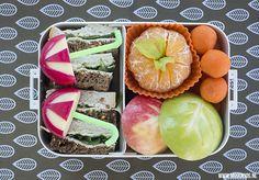 Het is herfst! Dus geef eens een speciale herfstbento mee naar school. Een gezonde en gevarieerde lunchtrommel vullen doe je zo. #herfst #DutchBento Kids Packed Lunch, Kids Boxing, Lunchbox Ideas, School Lunches, Lunch Boxes, Bento Box, Breakfast, Ethnic Recipes, Stage