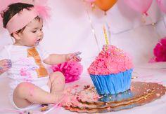 Es sin duda la sesión de fotos mas divertida que conozco; con el fin de celebrar el primer año de bebé, y el primer pastel que probará en su vida. (Aquí es cuando conocen la mantequilla, el azúcar,...