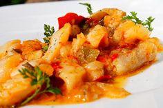 Aprende a preparar un delicioso bacalao ajoarriero, receta fácil y muy deliciosa hecha con pimientos verde y morrón, tomates, ajos y aceite de oliva.