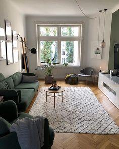Alles zusammenpassend im Wohnzimmer - grünes Sofa, Holztisch, Sessel andas von Otto, Gallery wall und Pflanzen