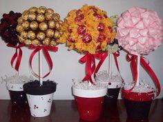 centros de mesa con dulces para mesas de 15 años (4) Aunt Betty, Fiesta Mickey Mouse, Candy Arrangements, Candy Trees, Chocolate Flowers, Sofia Party, Candy Crafts, Candy Bouquet, Ideas Para Fiestas