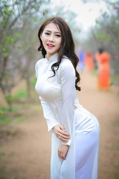 Vietnamese Girl is a collection of the most beautiful girls in Vietnam. Take a look to see how beauty of Vietnamese Girls! Ao Dai, Vietnam Girl, Fit Girl, Cute Asian Girls, Beautiful Asian Women, Madame, Look Chic, Herbalife, Asian Fashion
