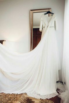 Vestido de crepé y gasa con trenza bordada en la cintura