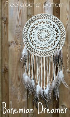 A free crochet pattern of a bohemian dreamcather. Do you also want to crochet this bohemian dreamcatcher? Read more about the pattern Crochet Dreamcatcher Pattern Free, Crochet Mandala Pattern, Crochet Doilies, Dream Catcher Patterns, Dream Catcher Craft, Dream Catcher Crochet Pattern, Crochet Gratis, Free Crochet, Dreamcatchers