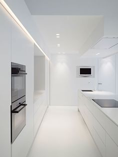 Pure lines, all-white kitchen and lighting design by Delta Light cozinha branca Küchen Design, House Design, Small White Kitchens, Delta Light, Interior Minimalista, Minimalist Kitchen, Interior Lighting, Lighting Design, Kitchen Lighting