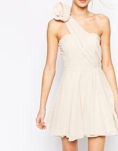 TFNC - Robe de bal asymétrique avec ornement fleur