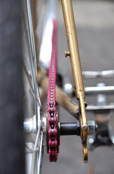 Fixie bike with a pink chain  © Dutourdumonde