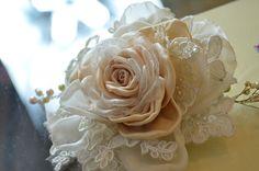 Flor de organza y encaje realizada en el taller.