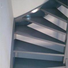 grijze trap witte muur