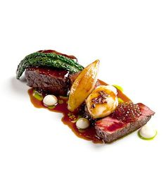 Aged Fillet and Short Rib of Beef with Beer Glazed Onions, Kale, Fermented Cepes, Smoked Bone Marrow and Parsley Think Food, Love Food, Gourmet Recipes, Cooking Recipes, Food Gallery, Star Food, Food Plating, Plating Ideas, Beef Dishes