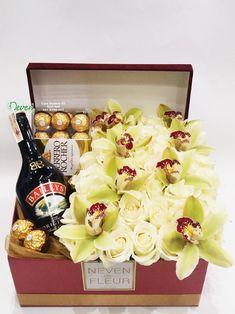 Piće i čokoladice sa ružama i orhidejama.