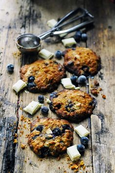 Muesli, white chocolate and blueberry cookies for an afternoon craving - Recipe in English. Cream Biscuits, Cookies Et Biscuits, Muesli Cookies, Dorian Cuisine, 13 Desserts, Blueberry Cookies, Thumbprint Cookies Recipe, White Chocolate Cookies, Galletas Cookies
