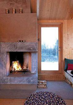 SAMSPILL: Som resten av hytta er den arkitekttegnete peisen enkel og renlinjet.