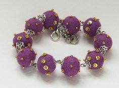 """I braccialetti """"Piselli"""", color lilia."""