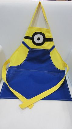 Minion Apron Child Size by ButtonOnBowTies on Etsy Dress Up Aprons, Cute Aprons, Diy Sewing Projects, Sewing Hacks, Sewing Crafts, Baby Christmas Photos, Cute Minions, Childrens Aprons, Apron Designs