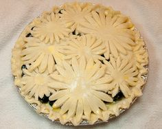 Blueberry goat cheese pie with floral cut-out crust Sweet Pie, Sweet Tarts, Beautiful Pie Crusts, Pie Crust Designs, Pie Decoration, Pastry Design, Perfect Pie Crust, Holiday Pies, Fruit Pie