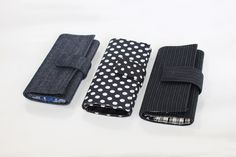 Carteira em tecidos variados, feita à mão.    Em estoque: jeans, preta/bola branca, preta/listra branca.    Lembrete: as cores podem sofrer alteração em função da configuração do monitor.    ATENÇÃO: Em estoque...
