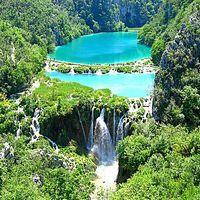 Conheça um lugar de beleza única, o Parque Nacional Plitvice Lakes. Atração turística mais visitada da Croácia, o Parque abriga 16 lagos conectados por cascatas e barreiras de gipsita represam a água em piscinas naturais.