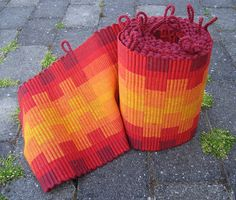 Potholders off the loom by Freya Willemeos-Wissing Yes, this is a good gift idea that might just get finished. Weaving Textiles, Weaving Art, Weaving Patterns, Loom Weaving, Hand Weaving, Potholder Loom, Potholder Patterns, Potholders, Inkle Loom