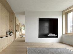 Holz und weiß verputzte, gerade Wände bestimmen das Innere. Das Besondere: Die...
