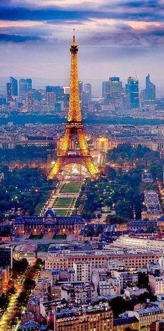 Vue de la Tour Eiffel, du Champs de Mars, devant des Invalides et au loin la Défense, du haut de la tour Montparnasse
