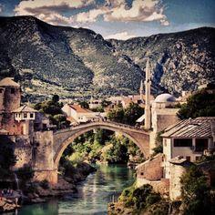 Wenn man in Kroatien mit dem Auto unterwegs ist, lohnt sich ein Ausflug über die nahe Grenze nach Bosnien und Herzegowina (Pass nicht vergessen) nach Mostar, eine Stadt voller Kultur und Geschichte. Nach dem obligaten Gang über die alte Brücke, gehört eine Portion «Cevapcici» dazu.   http://www.bhtourism.ba/ger/mostar.wbsp