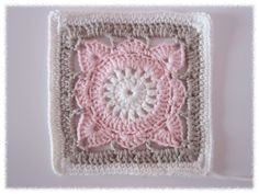 Crochet a blanket for your baby with this square. Crochet Cushion Cover, Crochet Cushions, Crochet Quilt, Crochet Motif, Motifs Afghans, Afghan Patterns, Crochet Stitches Patterns, Granny Square Crochet Pattern, Crochet Squares
