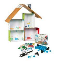 Verzamel dozen, plastic flessen, oudpapier, stof en andere spullen en bouw er een mooi poppenhuis van met het ongelooflijk leuke Makedo bouwsysteem.