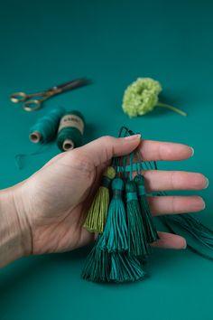 Grüne Garnquasten / DIY tutorial for greenery yarn tassels made from linen twine hunter-green, pistachio and emerald green - DIY Pin Diy Tassel, Tassels, Tutorial Diy, Diy Crafts Jewelry, Bakers Twine, Diy Pins, Craft Work, Craft Tutorials, Christmas Crafts
