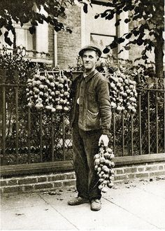 London in the 1920's .  A Breton onion seller \\ Onion Johnnies are Breton farmers and agricultural labourers on bicycles who sell distinctive pink onions door to door in Great Britain.  The golden age was during the 1920s; in 1929 nearly 1,400 Johnnies imported over 9,000 tonnes of onions to the UK.