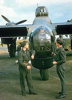 Ground crew attending to the guns of the tail turret on a Halifax heavy bomber. Handley Page Halifax, Lancaster Bomber, Airplane Design, Navy Aircraft, Ww2 Planes, Military Jets, Royal Air Force, British Army, Royal Navy