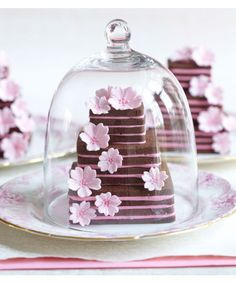 Pretty mini wedding cakes made from stacked chocolate cookies. Learn how to make them with Peggy's book 'Cookies'. Mini Wedding Cakes, Mini Cakes, Cupcake Cakes, Cookie Cakes, Wedding Cookies, Cup Cakes, Blossom Cookies, Flower Cookies, Pink Chocolate