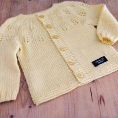 Sain tilauksen keltaisesta vastasyntyneen neuletakista, johon toivottiin pitsiä. Löysin ohjeen Prisessa Estellen neuletakkiin , joka sopi t... Baby Clothes Blanket, Knit Vest, Baby Knitting Patterns, Pullover, Crochet, Sweaters, How To Wear, Handmade, Yarns