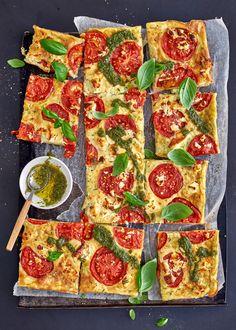 Tomaatilla ja fetajuustolla höystetty kesäkurpitsapannari kokoaa sesongin parhaat raaka-aineet yhteen! Tomaatti-kesäkurpitsapannari on ihanaa peston kanssa! Pepperoni, Vegetable Pizza, Pesto, Vegetables, Food, Essen, Vegetable Recipes, Meals, Yemek