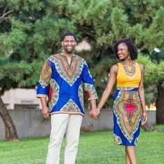 Jennifer and Allen wanted to pay homage to their Nigerian heritage in their fun and intimate e-session. More gorgeous photos from their ode to Africa #engagementsession on the blog!  by @teamhowardphoto  #munaluchibride #munaluchi #engagement #love #dashiki