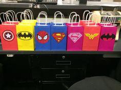 Superhero party bags Kindergarten Party, Avenger Party, Superhero Party Bags, Diy Superhero Birthday Party, Superhero Favors, Avengers Party Decorations, Super Hero Decorations, Party Cooler, Avengers Birthday
