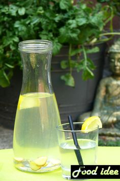 Een goed alternatief voor frisdrank: gember citroen water van food idee. Gember is een trend deze zomer en heel gezond! Bekijk het recept op food-idee.nl. Fruit Drinks, Smoothie Drinks, Fruit Smoothies, Alcoholic Drinks, Healthy Lemonade, Homemade Lemonade, Healthy Drinks, Ginger Lemonade, Summer Drinks