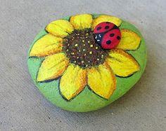 Billedresultat for painted rocks sunflowers Daisy Painting, Pebble Painting, Pebble Art, Stone Painting, Rock Painting Patterns, Rock Painting Ideas Easy, Rock Painting Designs, Rock Flowers, Painted Rocks Craft
