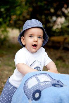 Conjunto de traje de baño compuesto de bañador para bebé completo con boxer, camiseta, gorro y toalla. Moda infantil para bebé de erreqerre.