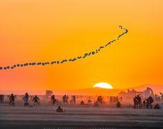 #burning-man-2014   MichaelHolden.com guirlande de ballon dans le coucher de soleil