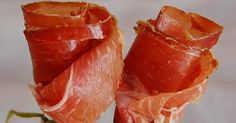 Jamon Iberico roses - You can put them in a vase but I don't think they will be there for long ; Healthy Eating Tips, Healthy Recipes, Food Decoration, Vegetable Drinks, Appetisers, Food Presentation, High Tea, Appetizer Recipes, Food And Drink