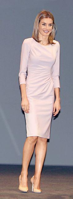 Para una cena en Londres con el príncipe hace unos años, Letizia escogió este vestido de noche tan elegante con tirantes asimétricos.