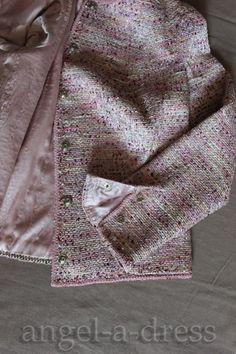 09. Цепочка. Здесь всё и вовсе просто: роль пришитой цепочки (золотой в оригинале,  а мы басню упростили) - утяжелять жакет в нижней части. Тяжёлые камни, застёжки на передней части жакета задирали легкую спинку. Chanel Style Jacket, Chanel Coat, Chanel Dress, Sewing Lessons, Sewing Hacks, Trench Coats, Couture Sewing Techniques, Chanel Couture, Blazers