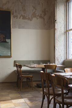 I couldn't resist showing you this stripped back but still quietly glamorous interior of nordic restaurant Dottir in Berlin's hip Mitte district. Restaurant Berlin, Deco Restaurant, Vintage Restaurant, Deco Design, Cafe Design, House Design, Bar Deco, Interior Styling, Interior Decorating