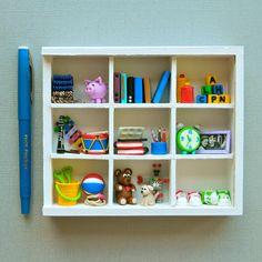 La habitación del niño en miniatura estantes llenos de juguetes