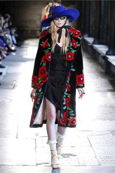 Alessandro Michele leva o desfile de pré primavera-verão da Gucci até Londres, na Abadia de... Mais