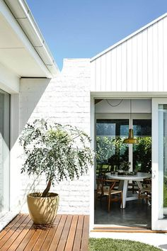 12 home exterior colour schemes to nail your exterior Take a few colour cues from these bright ideas White Exterior Paint, White Exterior Houses, Exterior House Colors, Modern Exterior, Exterior Design, Weatherboard Exterior, Exterior Cladding, Brick Cladding, Exterior Trim