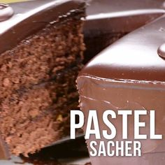 Video de Pastel Sacher de Chocolate This delicious Sacher cake is perfect for chocolate lovers. Its rich and fluffy bread accompanied by peach jam and chocolate coating make it unique. Baking Recipes, Cookie Recipes, Dessert Recipes, Pastel Sacher, Delicious Desserts, Yummy Food, Tasty Videos, Cake Decorating Videos, Sweet Recipes