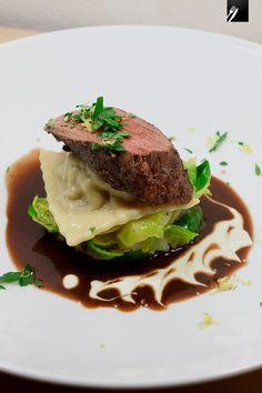 Pochiertes Rehfilet auf Schwarzwurzel-Rosenkohlsalat, Rotweinsauce, Wacholder-Piment-Joghurt und Birnen-Ravioli #highfoodality