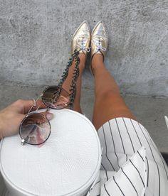 Detalhes que enriquecem o visual ✨ #Prada 51SS & #Oxford Metalizado  @bianca_petry sempre arrasando  #envyotica #details #metallic #pradasunglasses #biancapetry